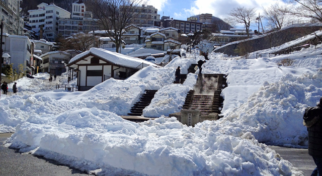 雪が積もった石段街